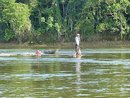 Pêche au milieu du fleuve Orenoque