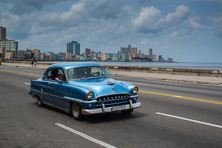 Faire une promenade sur le Malecón, à bord d'une voiture américaine des années 1950