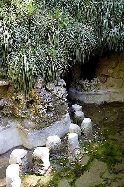 Sintra - Palais de la Regaleira - Chemin de pierres dans l'eau