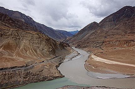 Quand la Zanskar River et l' Indus se rejoignent