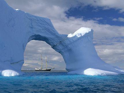 Pont de glace avec bateau