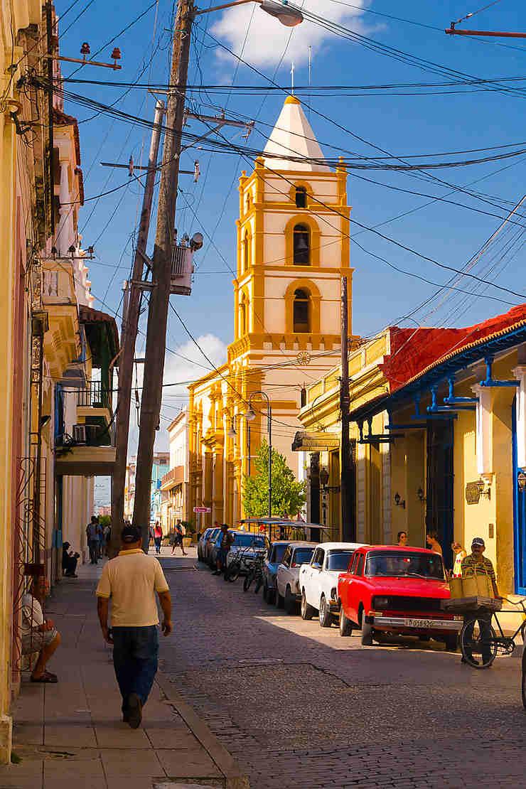 Flâner dans les vieilles ruelles étroites de Camagüey, la « ville des églises ».