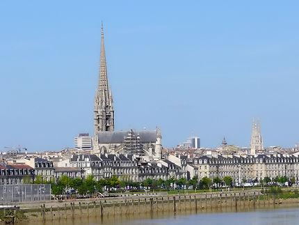 Bord des quais avec la basilique St-Michel