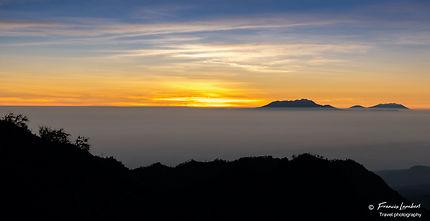 Lever du soleil dans la caldeira du Mont Bromo