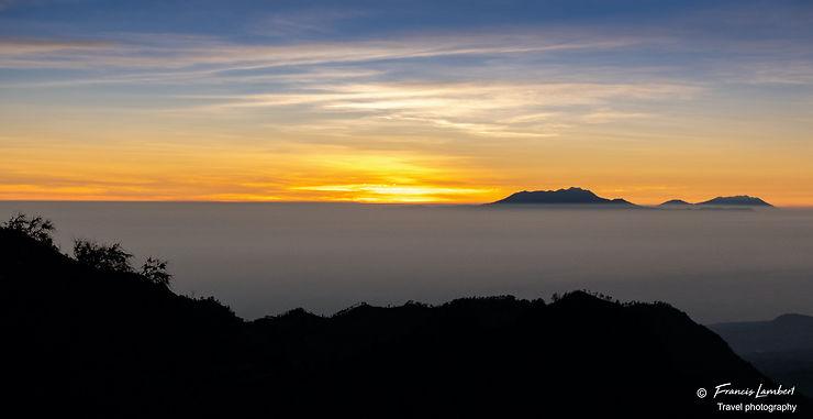 Lever du soleil dans la caldeira du Mont Bromo, Indonésie