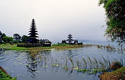 Le Lac Bratan dans la brume