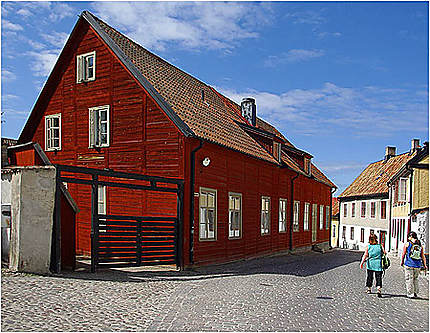 Une vieille maison rouge en bois