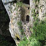 Entrée des grottes sous le château de Predjama