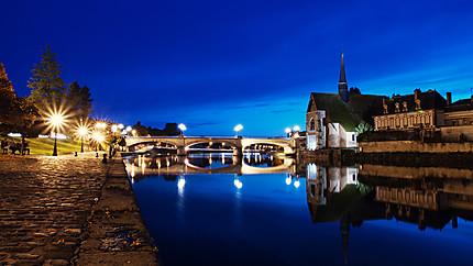 Les bords de l'Yonne à Sens à la tombée de la nuit