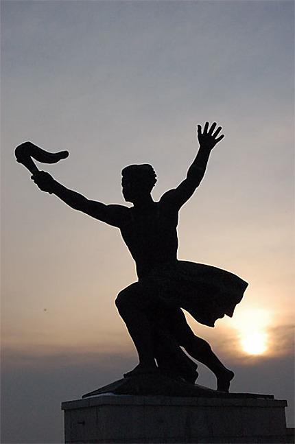 Statue au Mont Gellert, soleil couchant