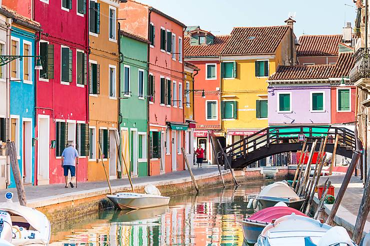 Arc-en-ciel de maisons aux couleurs pétillantes