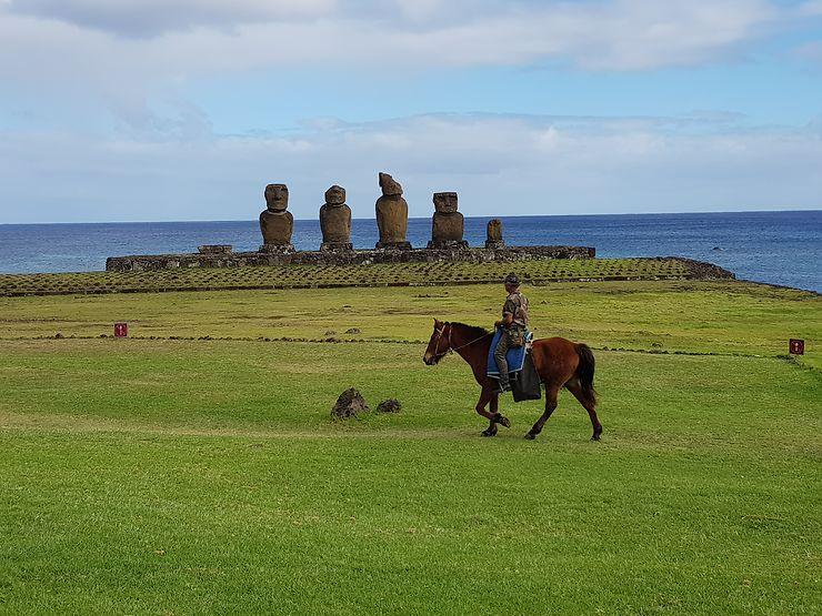 Cavalier devant les moaïs, Île de Pâques, Chili