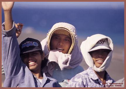 Jeunes filles au travail sur la plage de Kusamba