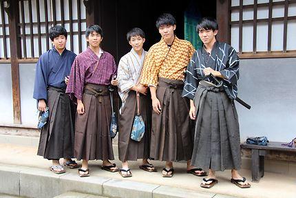 Jeunes hommes en costume traditionnel à Dejima