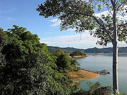 Le lac de Batang Ai sur l'île de Bornéo