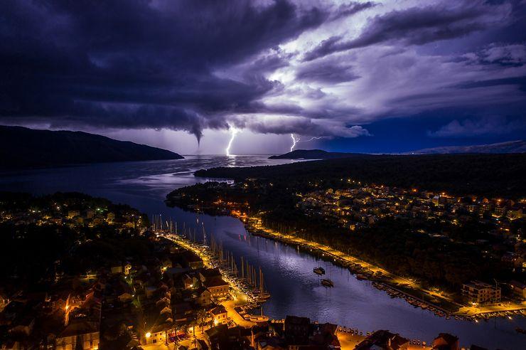 Eclairs et trombe sur Stari Grad, Croatie