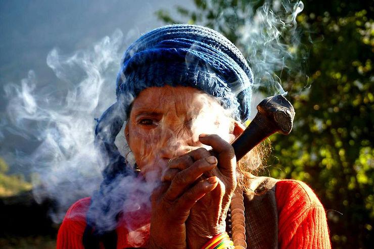 Femme fumant la pipe traditionnelle