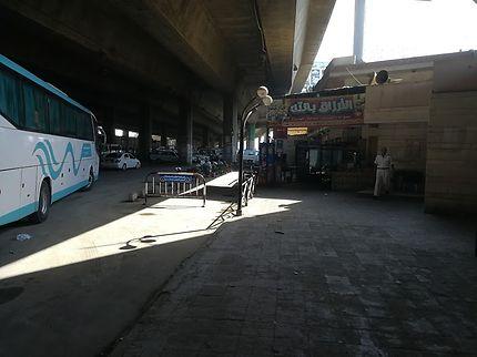 Gare des bus au départ pour le désert blanc