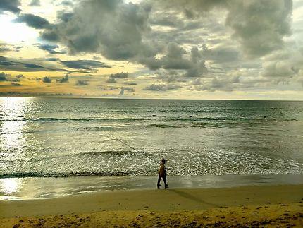 Pêcheur au bord de la mer